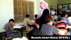 طلبة في قاعة امتحان في مدرسة بكربلاء