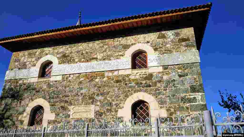 Мечеть выполнена в лучших традициях мусульманской архитектуры Крыма