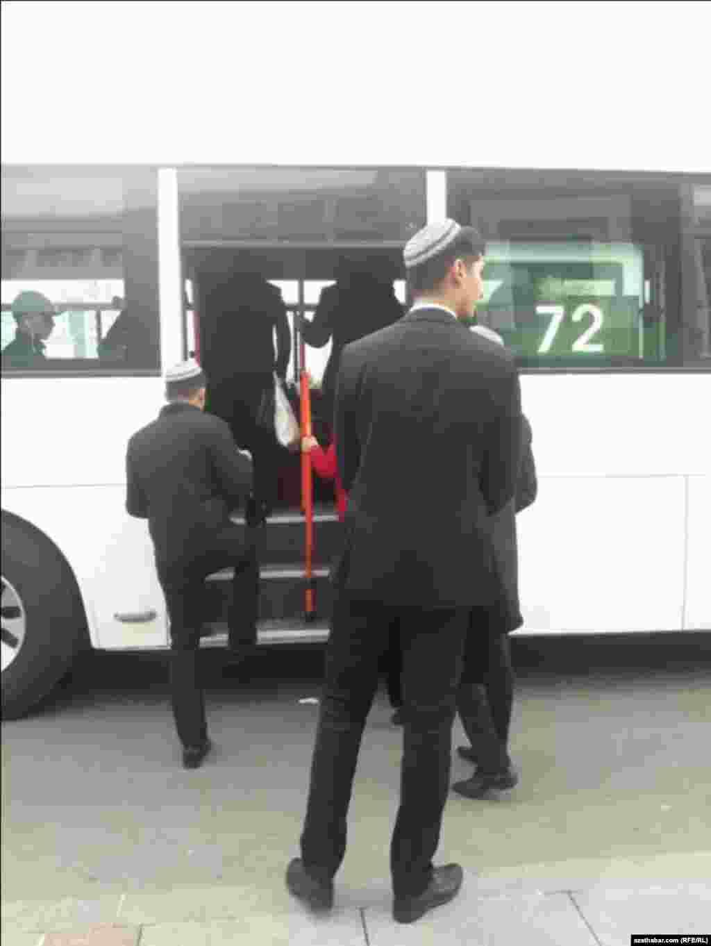 Awtobus Aşgadyň ýeke-täk jemgyýetçilik transportydyr