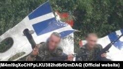 """""""Фото на память"""" у обломков """"Боинга"""", сбитого в небе над Донбассом в июле 2014 (соцсети, архив)"""