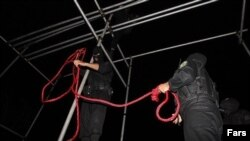 Iranian police officers prepare nooses for hanging. (file photo)