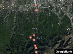 Спутниковая карта части Аксайского ущелья с метками от радио Азаттык, обозначающими ключевые места в районе массового убийства. Алматы, 20 августа 2012 года.