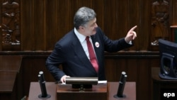 Президент України Петро Порошенко виступає з промовою у парламенті Польщі. Варшава. 17 грудня 2014 року