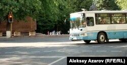 Алматыдағы Достық даңғылы мен Қазыбек би көшесінің қиылысында бұрылып жатқан жолаушылар автобусы. (Көрнекі сурет)