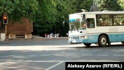 Пассажирский автобус на улице в Алматы. Иллюстративное фото.