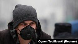 Maqedoni: Një person ka vendosur maskë në fytyrë për të mbrojtur veten nga ndotja e ajrit në Shkup. 15 dhjetor, 2017
