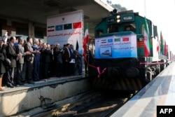 Грузовой поезд из Китая встречают на вокзале в Тегеране. 15 февраля 2016 года.