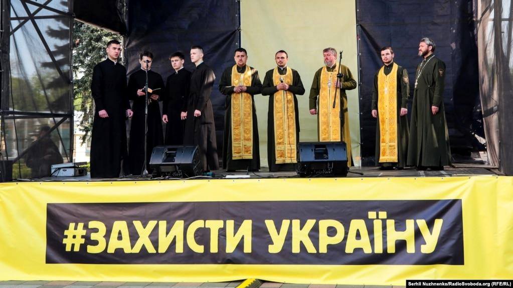 Військові капелани Православної церкви України долучилися до акції біля парламенту України на підтримку української мови. Київ, 25 квітня 2019 року