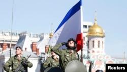 Сьцяг Крыма на ваенным парадзе ў Маскве