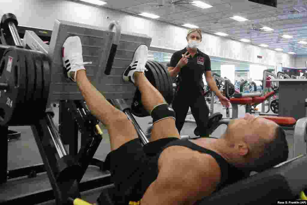 Тренер и клиент в фитнес-клубе Mountainside Fitness. Несколько клубом проигнорировали распоряжение губернатора Аризоны о закрытии всех спортивных залов на 30 дней
