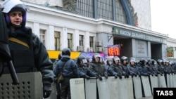 Polisiýa güýçleri Moskwanyň merkezinde köçäni baglaýar. 15-nji dekabr, 2010.
