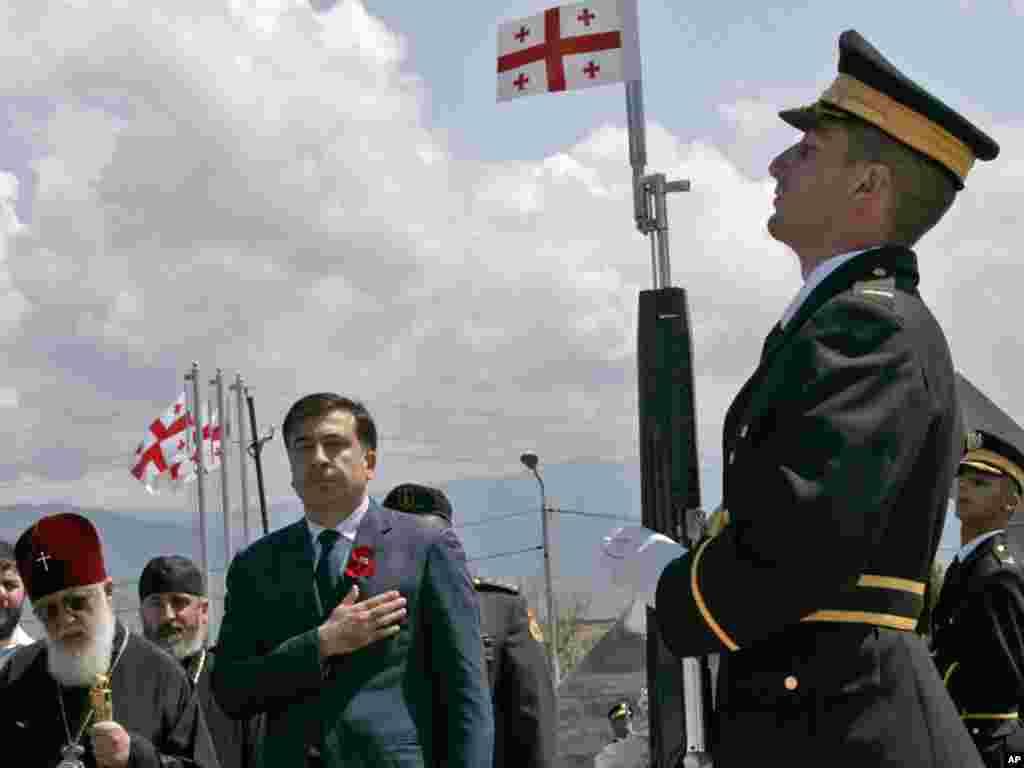 Президент Грузии Михаил Саакашвили посетил мемориал солдатам на кладбище Мухатгверди в Тбилиси, 8 августа 2011