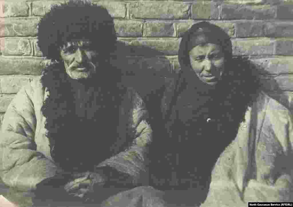 Наиболее распространенными среди народов Дагестана были мужские шубы-накидки с длинными ложными рукавами, которые шились из 9 – 10 бараньих шкур. Она была очень массивной и длинной. Изготовлением таких шуб занимались специальные мастера, а в южном Дагестане известны села, которые специализировались исключительно на этом промысле – Ялаг и Гдынг.