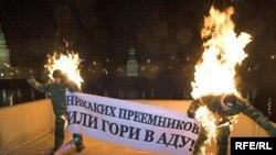 Яблоки не горят, но прекрасно спекаются. Акция протеста через реку от Кремля