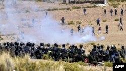 درگیری پلیس با معترضان دو کشته برجای گذاشته است. کشتهشدن معاون وزیر کشور اوضاع را پیچیدهتر میکند.