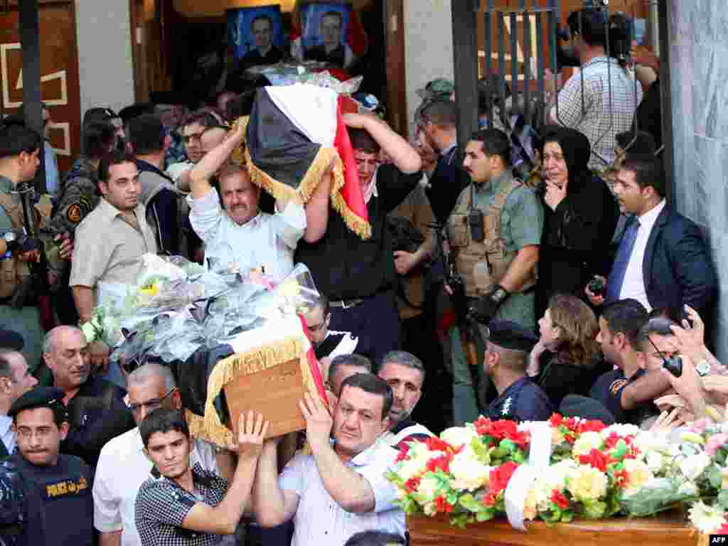 عزاداران مسیحی در حال حمل تابوت قربانیان گروگانگیری در بغداد- ۱۱ آبان - IRAQ, Baghdad : Iraqi Christians carry coffins of their killed relatives during a funeral service at a church in Baghdad on November 2, 2010 for the victims of a church carnage in which more than 40 Christians were killed on October 31 during a hostage drama with Al-Qaeda gunmen. AFP PHOTO/AHMAD AL-RUBAYE