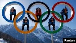 Австрийские лыжники фотографируются в предгорьях Сочи. 4 февраля 2014 года.