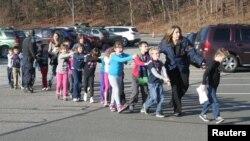 Сэнди Хук мектебінің мұғалімдері оқушыларын мектептен әкетіп барады. АҚШ, Ньютаун қаласы, 14 желтоқсан 2012 жыл.