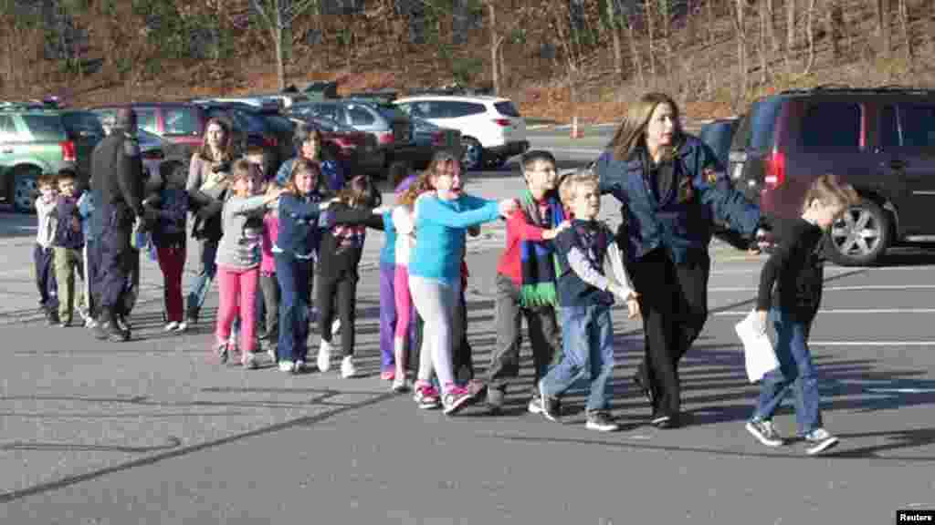 Полицейские выводят детей из школы