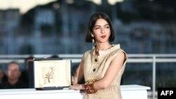 سولماز پناهی، بازیگر و دختر جعفر پناهی جایزه پدرش را دریافت کرد.