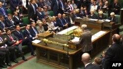 Lideri i ri opozitar, Jeremy Corbyn, duke i bërë pyetje kryeministrit Cameron në Parlamentin e Britanisë
