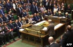 Лидер оппозиционной Партии труда Джереми Корбин (справа) выступает во время еженедельной дискуссии в парламенте с участием премьер-министра Великобритании Дэвида Камерона. 16 сентября 2015 года.