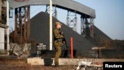 Один из сепаратистов охраняет территорию угольной шахты в населенном пункте Нижняя Крынка, к востоку от Донецка