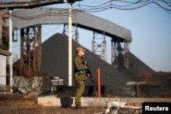 Бойовик угруповання «ДНР» стоїть біля вугільної шахти у Нижній Кринці. Листопад 2014 року