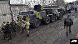 Украина хәрбиләре авыр коралны чигендерә. 6 март 2014