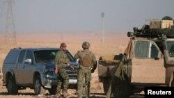 Американские военные рядом со служебными автомобилями к северу от Ракки. 6 ноября 2016 года.