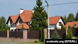 Минск түбіндегі Раубичи деревнясындағы Марат Бакиев тұрады деп айтылатын үй.