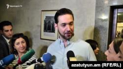 Алексис Оганян беседует с журналистами, Ереван, 8 октября 2019 г.
