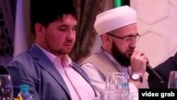 Рөстәм Батров (c) һәм Камил Сәмигуллин журналистлар белән ифтар мәҗлесендә. 11 июнь 2014