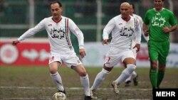 Футболисты во время игры. Иллюстративное фото.