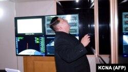 Кім Чен Ин спостерігає за запуском міжконтинентальної балістичної ракети. 29 листопада 2017 року