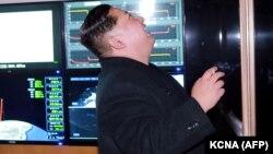"""Ким Чен Ын наблюдает за запуском межконтинентальной баллистической ракеты """"Хвасонг-15"""". 29 ноября 2017 года"""