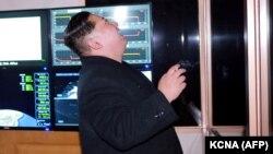 """Ким Чен Ын наблюдает за запуском межконтинентальной баллистической ракеты """"Хвасонг-15"""". 29 ноября 2017 года."""