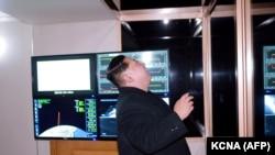 Kim Jong-Un privind lansarea unei rachete Hwasong-15 la 29 noiembrie 2017