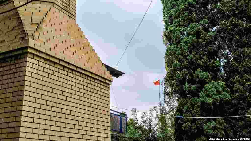 Прихильників «совєтов» все ж таки можна зустріти в Сімеїзі і тепер. У приватному дворі хтось почепив над будинком прапор СРСР