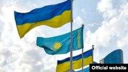 Национальные флаги Украины и Казахстана.