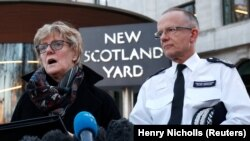 Глава контртеррористического подразделения полиции Великобритании Марк Роули (справа).