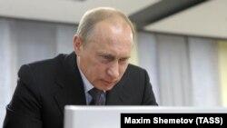 Владимир Путин во время посещения Президентской Библиотеки имени Б.Н. Ельцина.