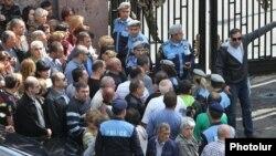 Торговцы проводят акцию протеста перед зданием парламента, 29 сентября 2014 г.