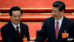 Сі Цзіньпін (п) і Ху Цзіньтао, попередній президент Китаю (л), фото 14 березня 2013 року