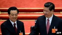 Presidenti i ri kinez Xi Jinping (djathtas) shtrengon duart me ish presidentin Hu Jintao, 14 mars, 2013.