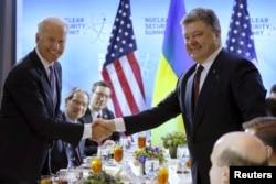 Президент України Петро Порошенко (праворуч) і віце-президент США Джо Байден під час зустрічі в рамках саміту з ядерної безпеки у Вашингтоні, 31 березня 2016 року