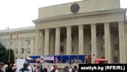 Площадь перед зданием парламента в Бишкеке снова становится горячей точкой.