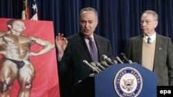 У айовцев собственная гордость. Сенатор Грассли (справа) продвигает свой проект закона о запрете на чудо-таблетки для спортсменов