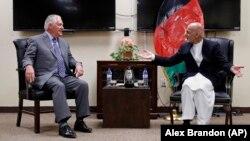 رکس تیلرسون (چپ) در دیدار با اشرف غنیزی، رئیسجمهور افغانستان.