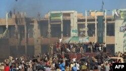 Ликующая толпа перед резиденцией Каддафи в Триполи